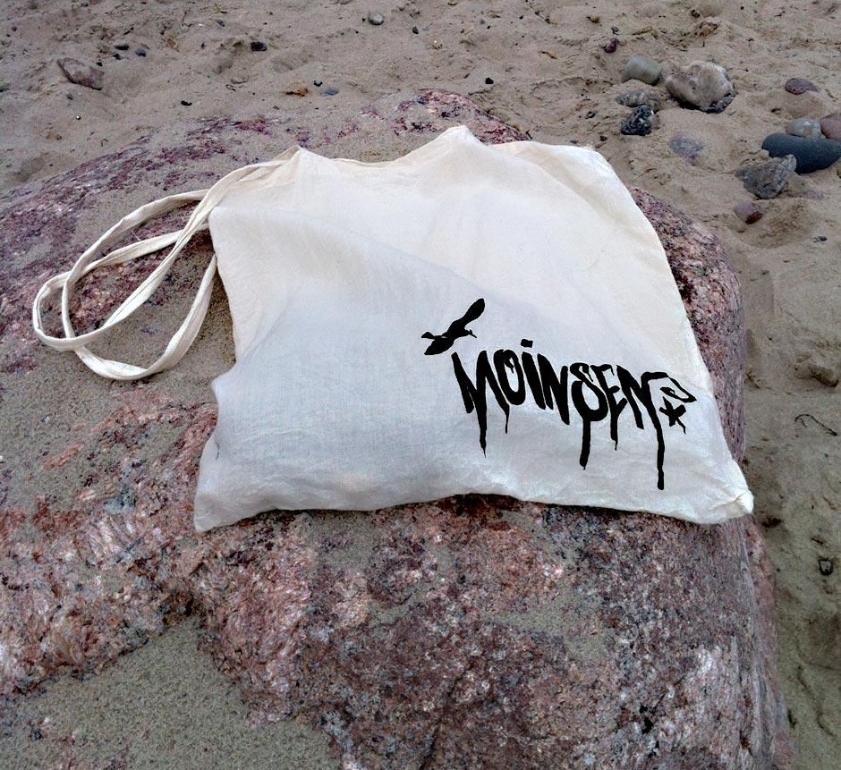 Moinsen-Logo auf Stoffbeutel am Strand